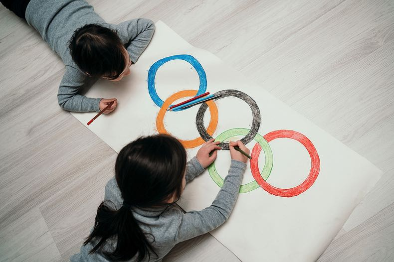 Children drawing Olympic rings